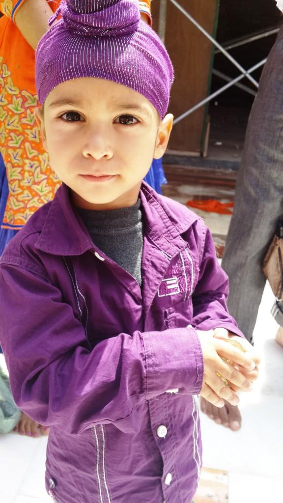 פעוט הודי סיקי בלבוש סגול, צולם במקדש הזהב באמריצר